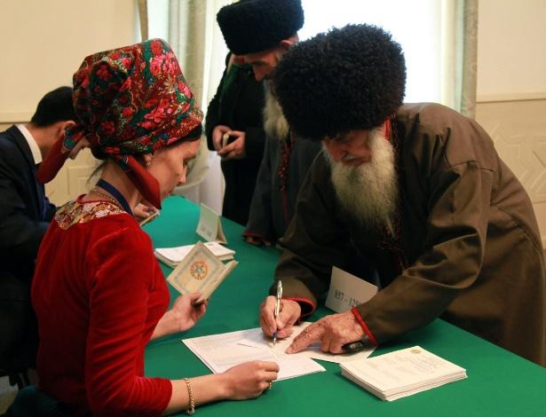 15.dez.2013 - Cidadão registra voto em estação eleitoral na cidade de Asjabad, no Turcomenistão. O país realiza sua quinta eleição parlamentar neste domingo (15)