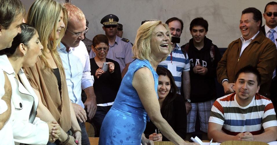 15.dez.2013 - Evelyn Matthei, candidata à presidência do Chile, vota na manhã deste domingo (15) em Santiago. Mais de 12 milhões de chilenos foram convocados para participar das eleições presidenciais, que foram para o segundo turno. Pesquisas apontam vantagem de Michelle Bachelet, que governou o Chile entre 2006 e 2010