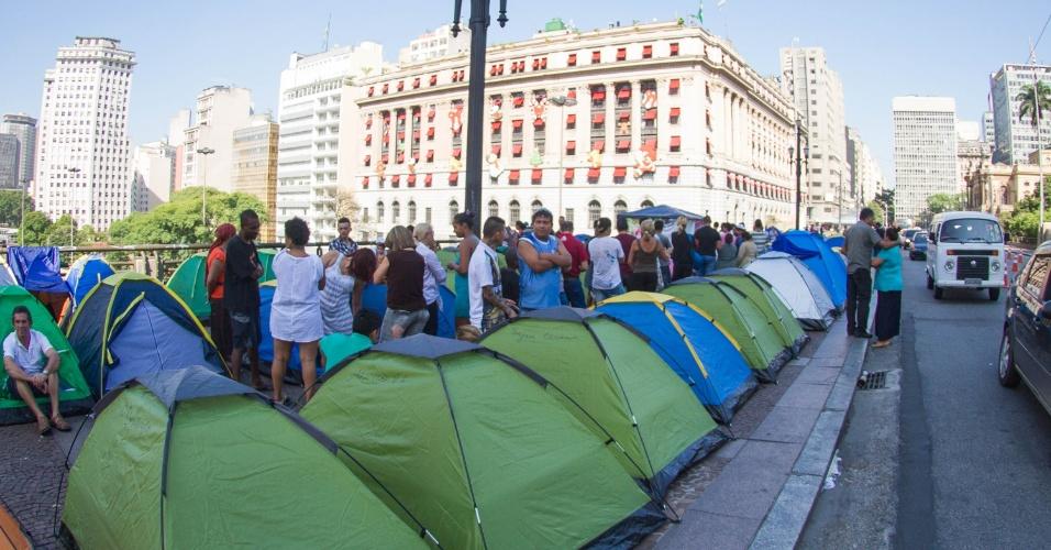 15.dez.2013 - Famílias ligadas ao MTST (Movimento dos Sem Teto) do Sacomã acampam neste domingo (15) em frente à Prefeitura de São Paulo, no centro da cidade