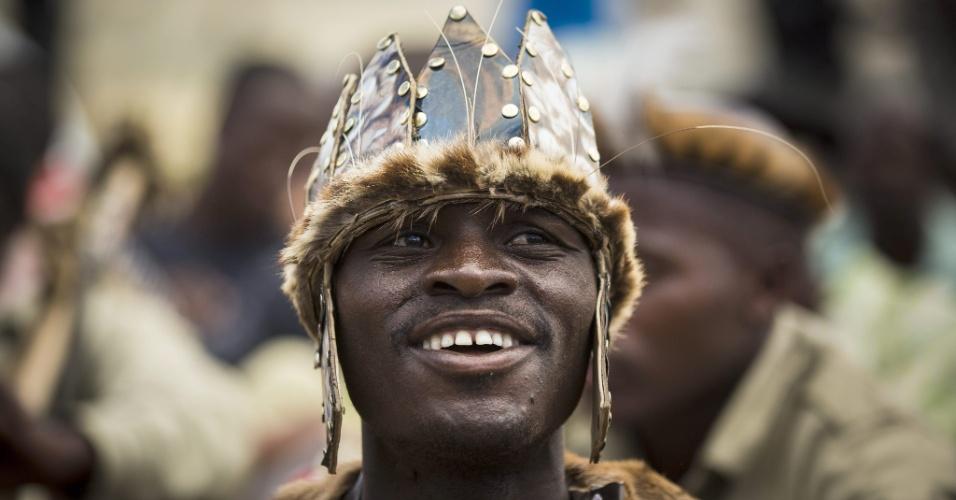 15.dez.2013 - Guerreiros zulus dançam durante ritual tribal en homenagem a Nelson Mandela no funeral do ex-presidente sul-africano realizado no vilarejo de Qunu