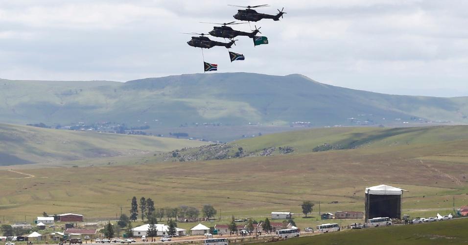 15.dez.2013 - Helicópteros sobrevoam o local do funeral do ex-presidente sul-africano Nelson Mandela no vilarejo de Qunu