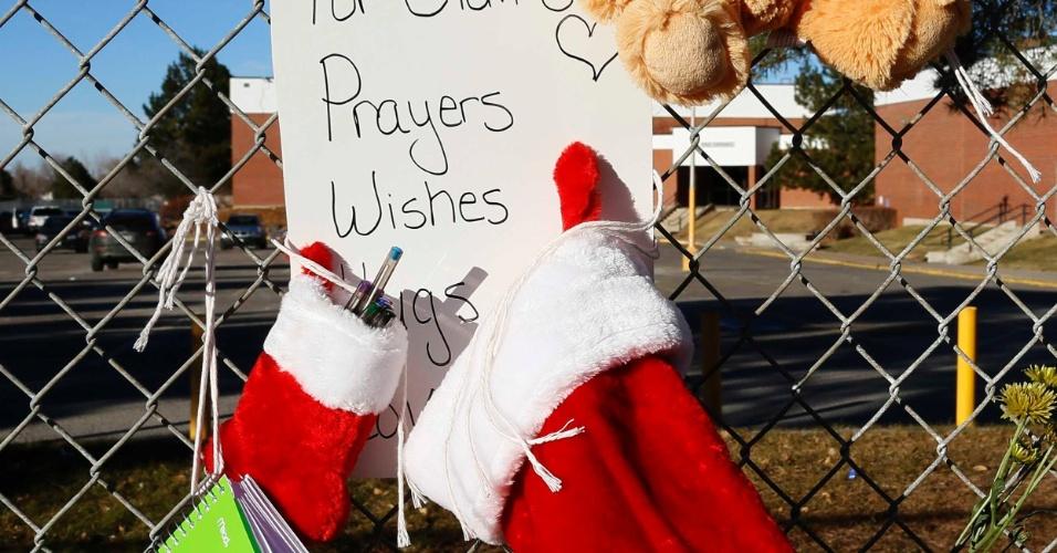 15.dez.2013 - Homenagens a Claire Davis, 17, pedem a melhora da saúde da jovem que está internada em estado grave após ser atingida por um tiro na cabeça na escola Arapahoe, no Colorado (EUA). O autor dos disparos foi identificado pela polícia como sendo Karl Pierson, 18, que se suicidou