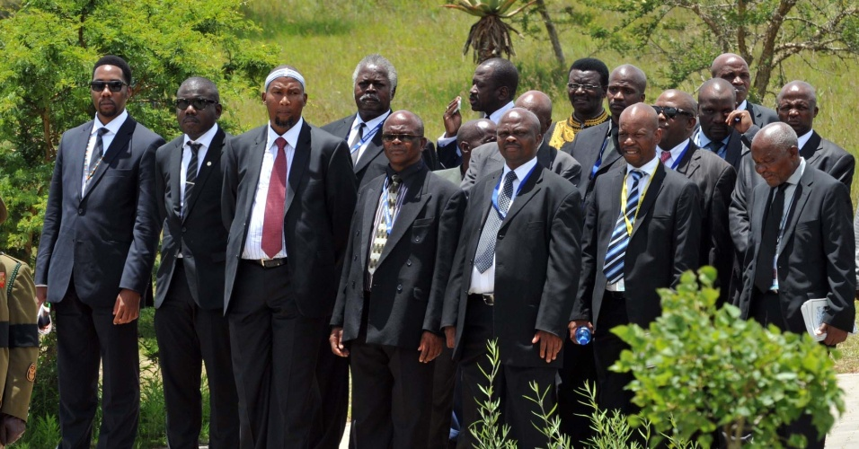 15.dez.2013 - Membros da família Mandela chegam ao local onde o corpo do ex-presidente sul-africano foi enterrado neste domingo na vila de Qunu, na África do Sul