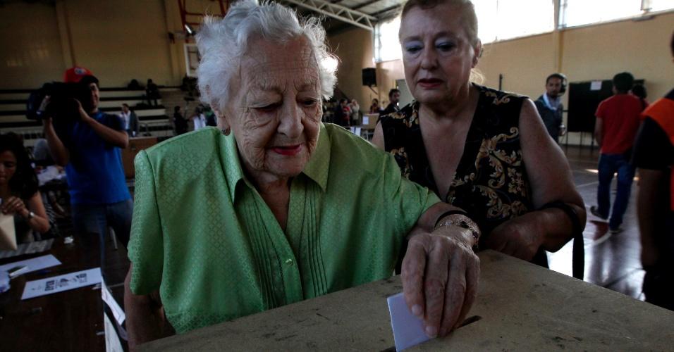 15.dez.2013 - Mulher registra voto durante eleições presidenciais em Santiago, no Chile. Neste domingo, os chilenos escolherão entre Evelyn Matthei e Michelle Bachelet para serem presidentes do país. Pesquisas apontam vantagem de Michelle, que governou o Chile entre 2006 e 2010