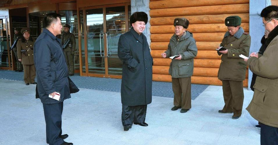 15.dez.2013 - O líder norte-coreano, Kim Jong-un, visita a estação de esqui de Masik, a primeira do país, em sua segunda aparição pública desde a execução de seu tio e mentor, Jang Song-thaek