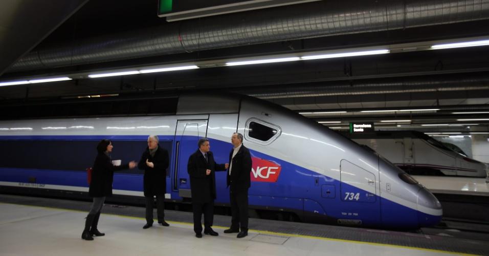 15.dez.2013 - O ministro dos Trasportes francês, Fredeic Cuviller (2º à esq.), participa da inauguração da rota Paris-Barcelona de um serviço de trem de alta velocidade direto, entre as cidades na França e Espanha
