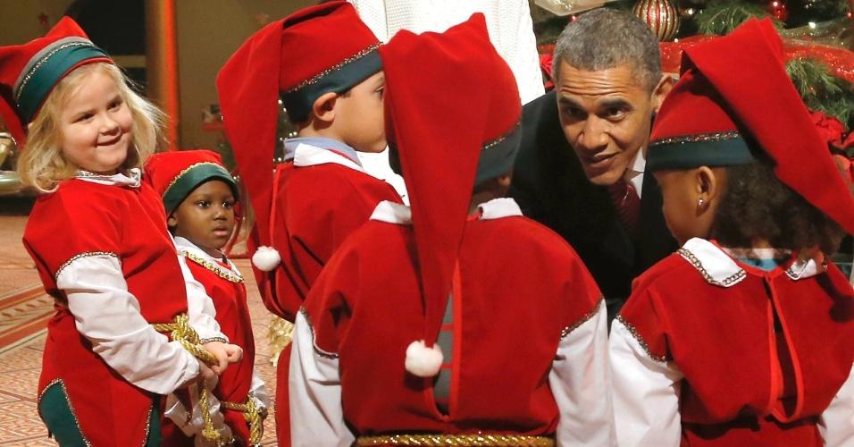 15.dez.2013 - O presidente dos Estados Unidos, Barack Obama, cumprimenta crianças vestidas de elfos natalinos no Centro Médico Infantil Nacional de Washington. A ação faz parte de um show beneficente organizado por uma TV local