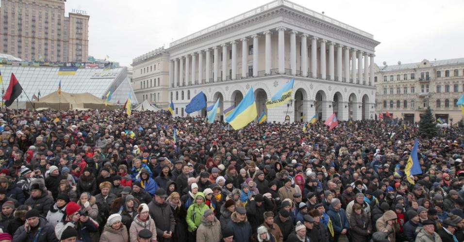 15.dez.2013 - Protestos pró-Europa na Ucrânia reúnem mais de 200 mil pessoas na praça da Independência em Kiev. Viktor Yanukovych e líderes opositores se reuniram para discutir uma proposta pública para que se chegue a um acordo para que acabem os protestos. Os manifestantes dizem que continuarão acampados no centro da cidade e acampados até que o atual presidente convoque novas eleições