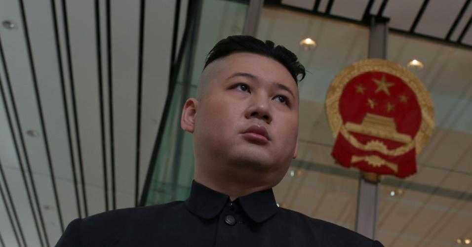 15.dez.2013 - Um sósia profissional de Kim Jong-um, líder norte-coreano, conhecido como Howard participa de um protesto em frente ao consulado da Coreia do Norte em Hong Kong.  Um grupo de desertores pede que o país melhore os direitos humanos e termine com as prisões políticas