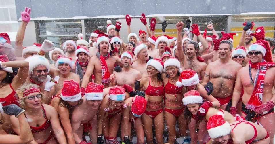 15.dez.2013 - Vestindo roupas de banho e gorros de Papai Noel, dezenas de canadenses posam após o fim da Santa Speed Run, uma corrida realizada em Toronto (Canadá). O evento, no qual os participantes tinham que correr 3 milhas (cerca de 4,82 quilômetros), foi feito para arrecadar dinheiro para crianças doentes