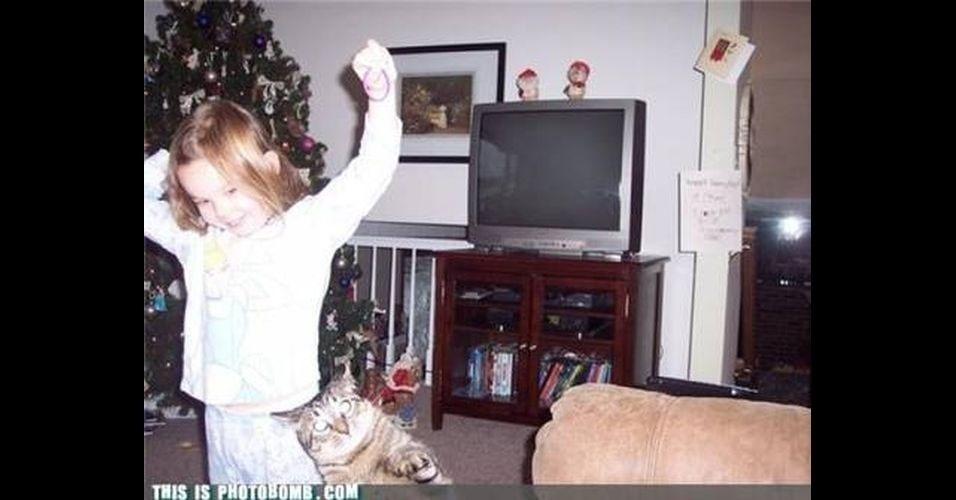 As fotos da época natalina não escapam dos intrusos e acabam sofrendo um photobomb (quando algo ou alguém aparece inesperadamente em uma foto, provocando um efeito engraçado). O efeito é ainda mais cômico quando o próprio Papai Noel acaba invadindo um cliqueAs fotos da época natalina não escapam dos intrusos e acabam sofrendo um photobomb (quando algo ou alguém aparece inesperadamente em uma foto, provocando um efeito engraçado). O efeito é ainda mais cômico quando o próprio Papai Noel acaba invadindo um clique