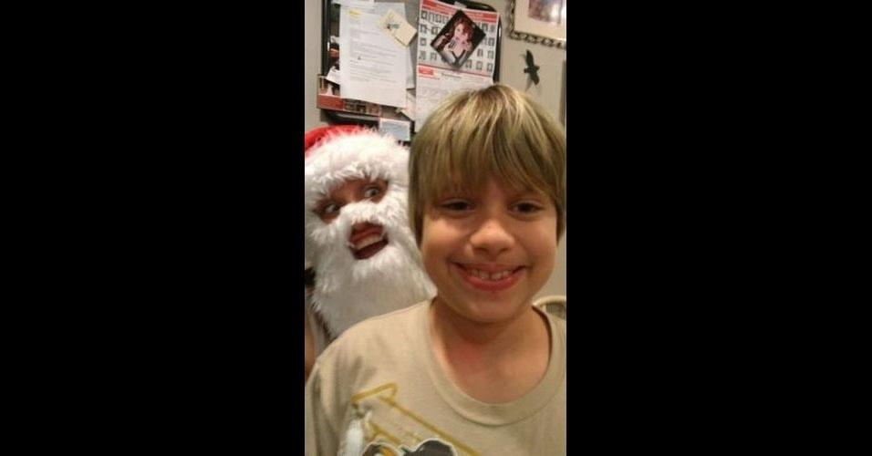 As fotos da época natalina não escapam dos intrusos e acabam sofrendo um photobomb (quando algo ou alguém aparece inesperadamente em uma foto, provocando um efeito engraçado). O efeito é ainda mais cômico quando o próprio Papai Noel acaba invadindo um clique