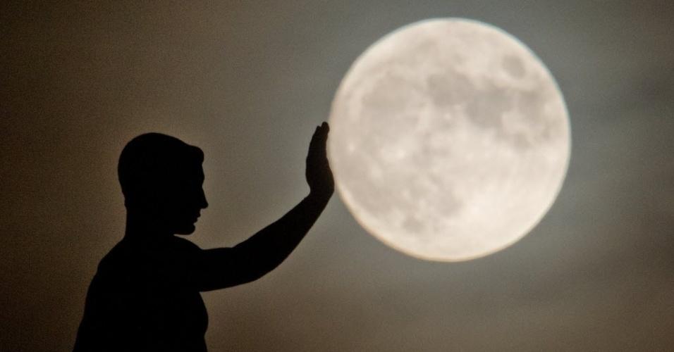 17.dez.2013 - A escultura em Hanover, na Alemanha, parece estar empurrando a lua