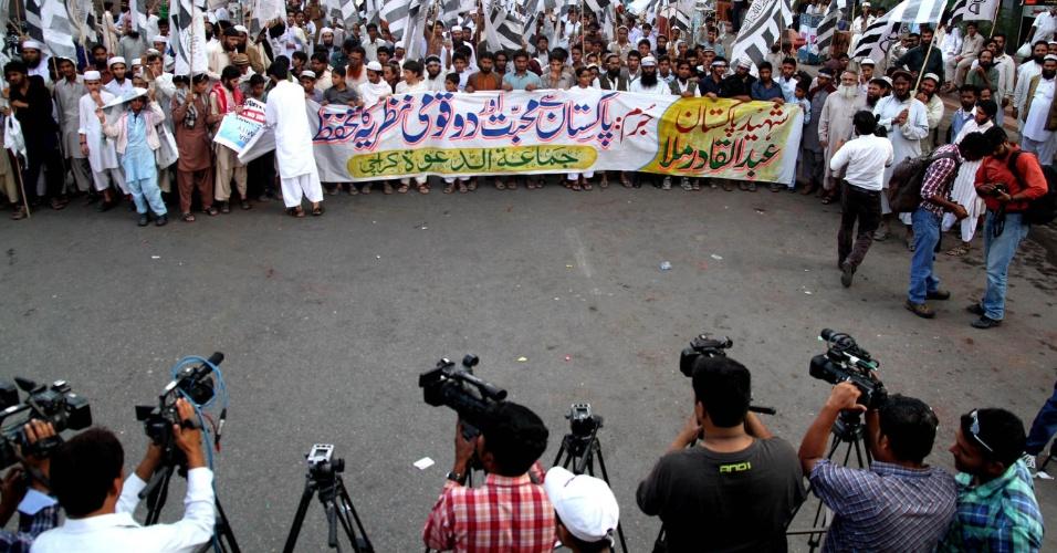 17.dez.2013 - Ativistas do grupo Jamat-Ud-Dawah protestam contra execução do líder islamita Mulla Qadir, em Karachi (Paquistão)