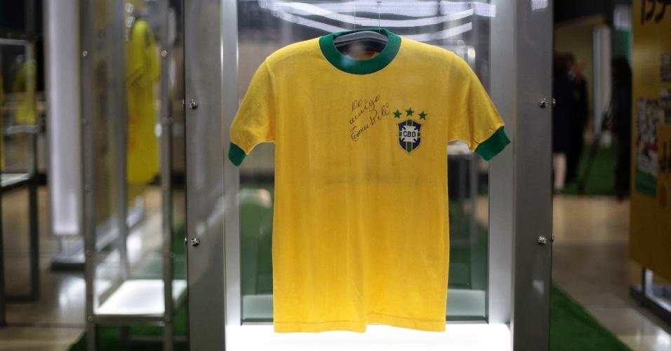 17.dez.2013 - Camisa da seleção brasileira de futebol usada por Pelé é exibida em Brasília, nesta terça-feira (17)