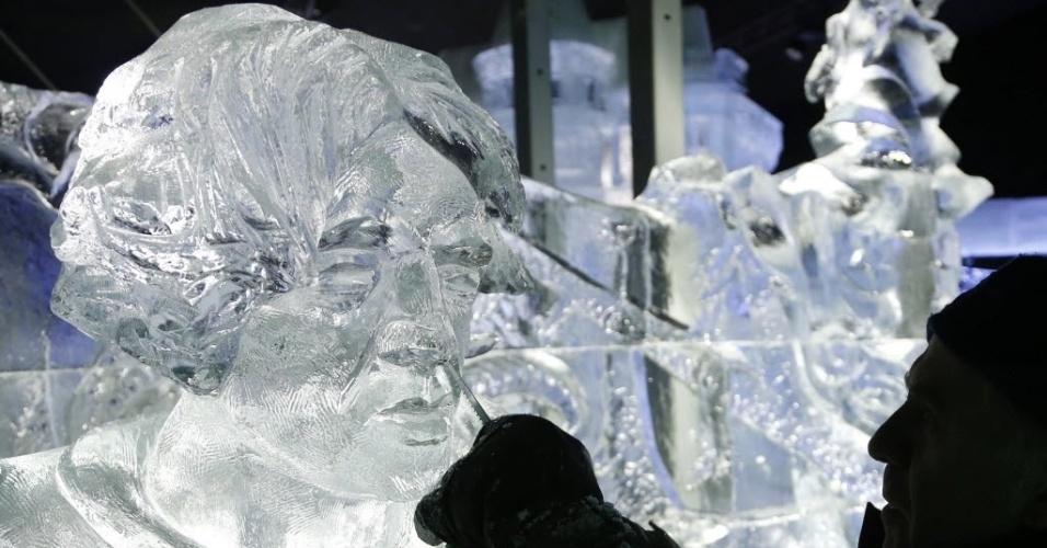 17.dez.2013 - Escultura de gelo do canadense John McKinnon retrata personagens dos quadrinhos, nesta terça-feira (17), em Bruxelas, Bélgica. Ele é um dos 20 artistas que participarão do festival 'Ice Magic', que deve consumir 420 toneladas de gelo