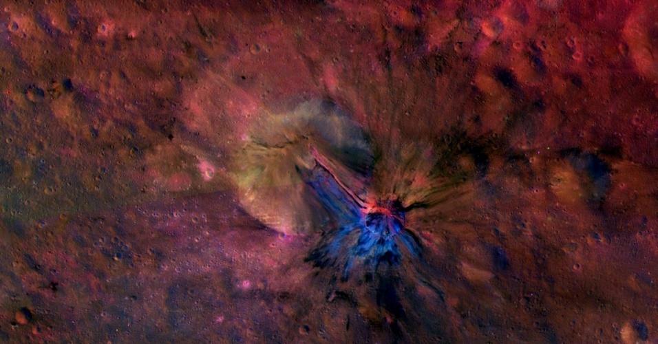 17.dez.2013 - Esta imagem composta da missão Dawn da Nasa (Agência Espacial Norte-Americana) mostra a cratera chamada Aelia no asteroide Vesta
