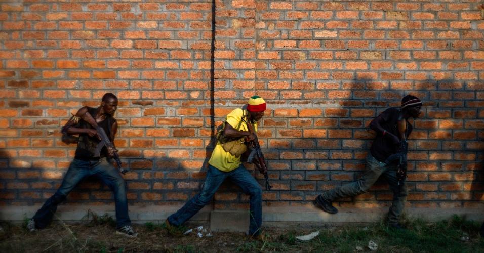 17.dez.2013 - Ex-membros do Exército da Republica Centro-Africana treinam nos suburbios de Bangui, nesta terça-feira (17). Há semanas o país sofre com conflitos entre grupos islâmicos e cristãos, que já deixaram dezenas de mortos e centenas de deslocados