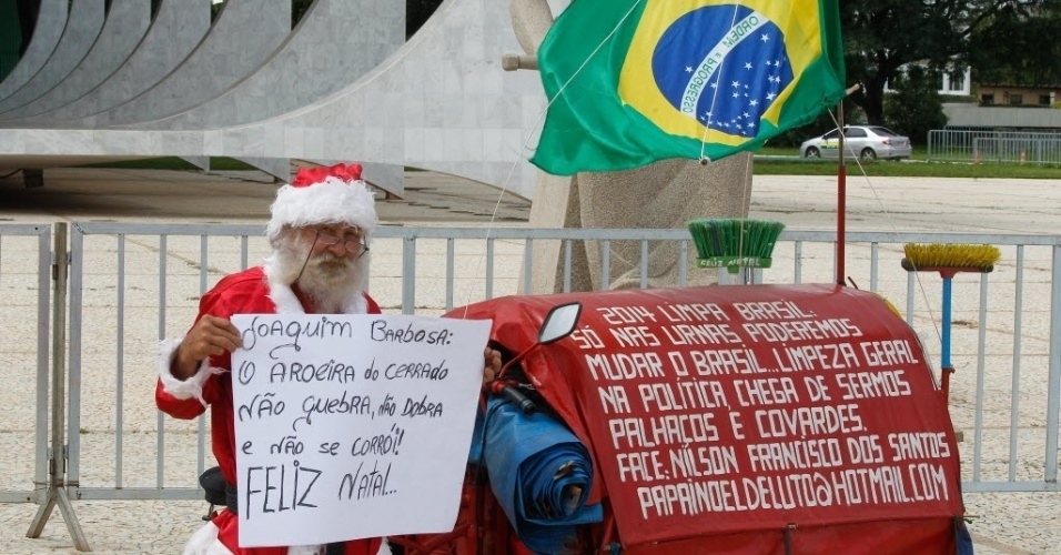 17.dez.2013 - Nilson Francisco dos Santos, 67, faz protesto vestido de Papai Noel em frente ao STF (Supremo Tribunal Federal)