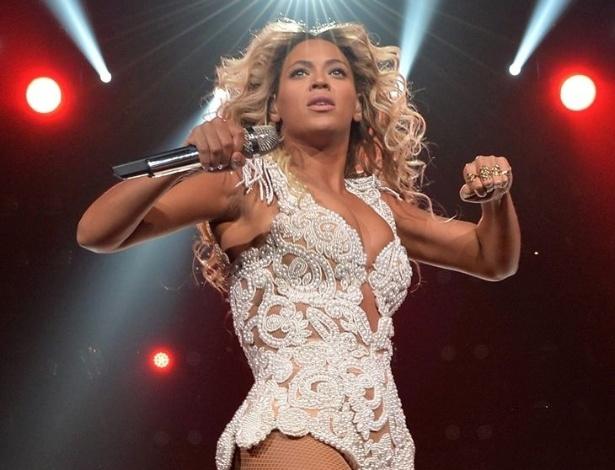 """17.dez.2013 - O quinto álbum da cantora Beyoncé entrou para o Guinness, o livro dos recordes, como o mais vendido em um curto espaço de tempo no iTunes. Batizado de """"Beyoncé"""", o álbum vendeu 828.773 cópias nos três primeiros dias em que ficou disponível no iTunes, batendo o recorde de Justin Timberlake, cujo disco """"20/20 Experience"""" vendeu 580 mil cópias nos primeiros três dias"""