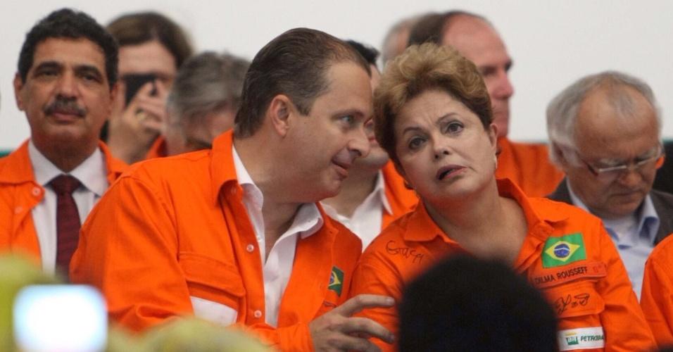 17.dez.2013 -  Presidente, Dilma Rousseff e o governador de Pernambuco, Eduardo Campos (PSB), participaram de visita a refinaria Abreu e Lima em Ipojuca (PE) na manhã desta terça-feira (17)