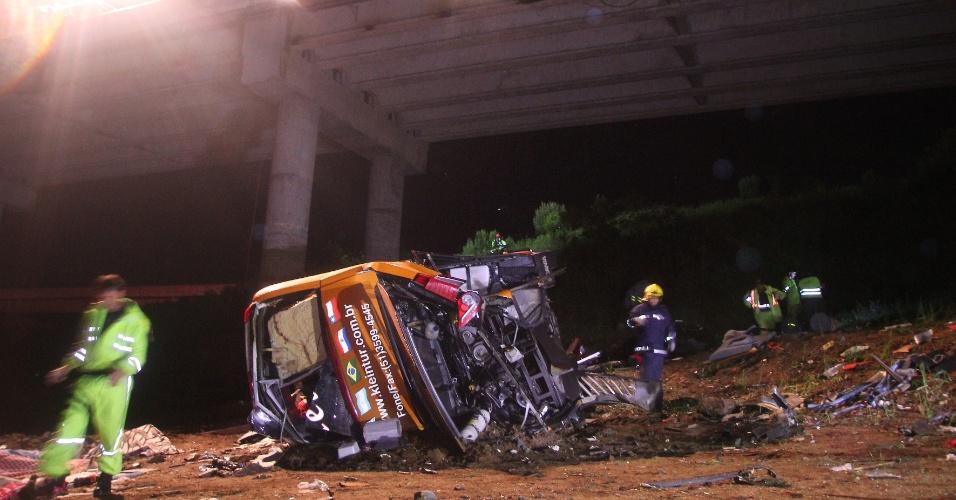17.dez.2013 - Um ônibus de turismo caiu da ponte da represa Vossoroca, por volta da 1h desta terça-feira (17), na BR-376, no Paraná. Pelo menos 6 pessoas morreram e 29 ficaram feridas. O ônibus saiu de São Paulo com destino a Sapiranga, região metropolitana de Porto Alegre