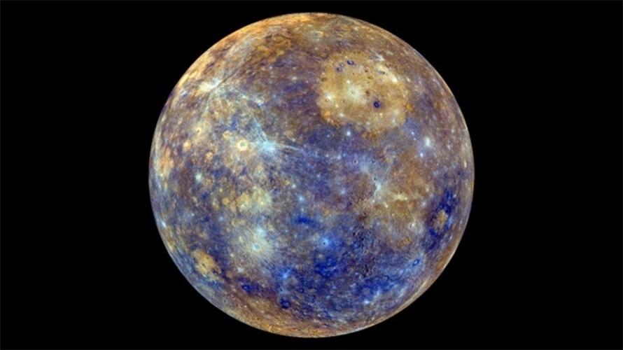17.dez.2013- Mercúrio, o planeta do Sistema Solar que está mais próximo do Sol, vem encolhendo a uma intensidade que surpreende cientistas. Astrônomos envolvidos na pesquisa afirmam que o encolhimento do planeta é da ordem de 11,4 quilômetros em seu diâmetro, e que ele teria diminuído desde a criação do Sistema Solar, 4,5 bilhões de anos atrás. Dados de pesquisas anteriores apontavam um encolhimento em apenas dois ou três quilômetros em seu diâmetro