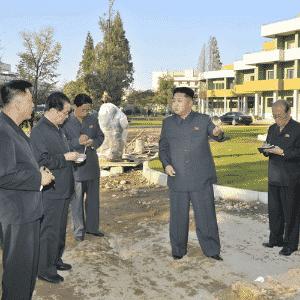 Na imagem acima, o líder norte-coreado Kim Jong-un aparece vistoriando um hospital pediátrico em construção em Pyongyang. A ausência de sombras e a alta definição das linhas, principalmente ao redor das mãos e pernas dos homens, denunciam que eles foram enxertados na cena via Photoshop - Reprodução/Kokatu