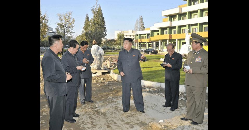 Na imagem acima, o líder norte-coreado Kim Jong-un aparece vistoriando um hospital pediátrico em construção em Pyongyang. A ausência de sombras e a alta definição das linhas, principalmente ao redor das mãos e pernas dos homens, denunciam que eles foram enxertados na cena via Photoshop