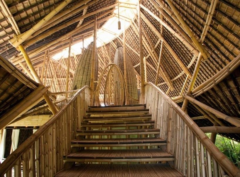 Nas florestas exuberantes da ilha de Bali, na Indonésia, perto da cidade montanhosa de Ubud, está o complexo de casas de Green Village, construídas quase que inteiramente de bambu. Desde as grandes escadas em espiral até uma ponte que atravessa um rio ligando uma casa a outra, tudo possui bambu na estrutura ou no acabamento. Luxuosas, as casas mais parecem mansões do que cabanas na selva. Os designers e arquitetos criadores pensaram em um projeto sustentável para a construção do complexo