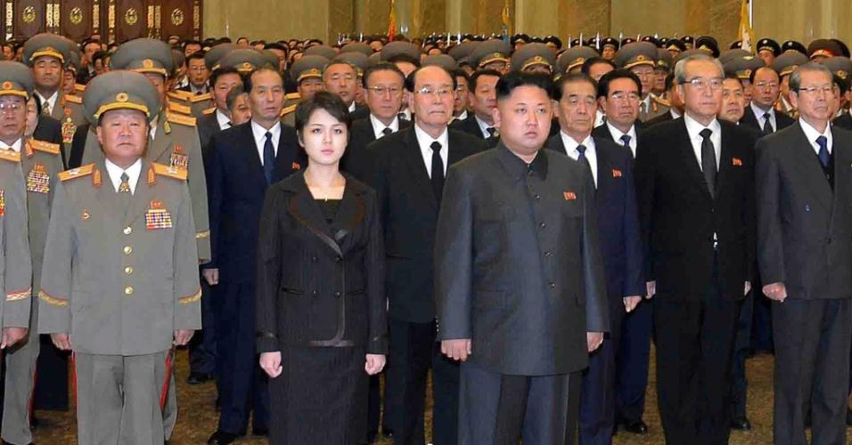18.dez.2013 - O ditador norte-coreano Kim Jon-un, ao lado da mulher, Ri Sol-ju, acompanha cerimônia em homenagem ao segundo aniversário de morte do pai, im Jong-il no palácio do Sol Kumsusan, em Pyongyang (Coreia do Norte)