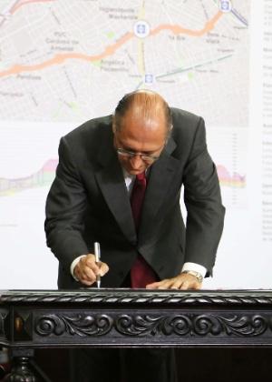 O governador de São Paulo, Geraldo Alckmin, assina PPP para construção da linha 6 em 2013