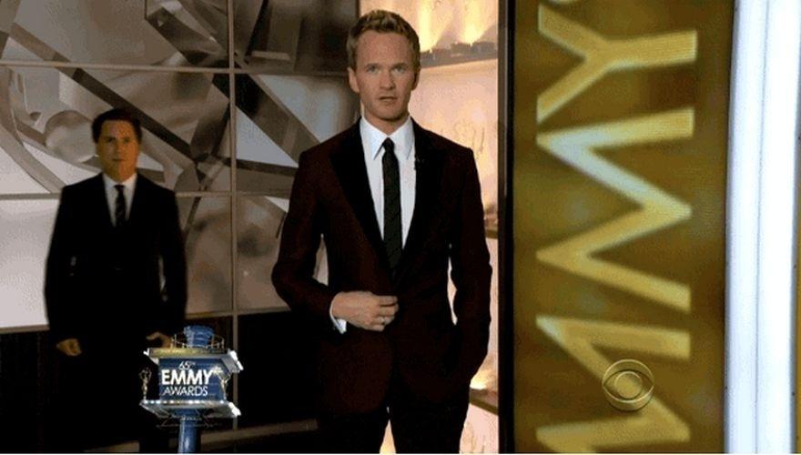 O comediante Paul Greenberg apareceu nas costas do ator Neil Patrick Harris durante a premiação do EmmyO .  site 'Buzfeed' elegeu os photobombs (quando algo ou alguém aparece inesperadamente em uma foto, provocando um efeito engraçado) que mais se destacaram em 2013