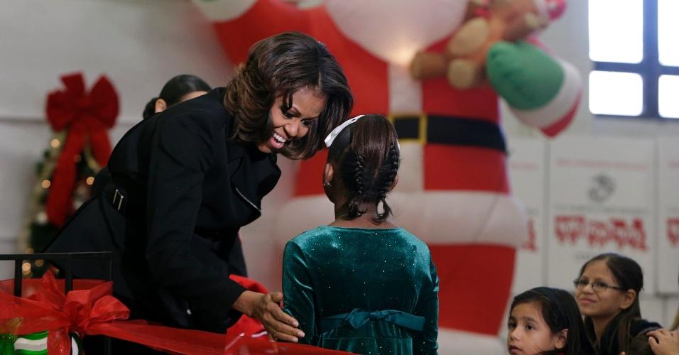 18.dez.2013 - A primeira-dama dos Estados Unidos, Michelle Obama, cumprimenta crianças durante participação na campanha U.S. Marine Corps Toys For Tots (algo como Brinquedos para pequenos da Marinha dos Estados Unidos, em tradução livre), na base comum de Anacostia-Bolling, em Washington, nesta quinta-feira (19)