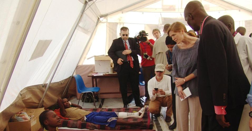 19.dez.2013 - A embaixadora das Nações Unidas Samanta Powe visita um hospital comunitário em Bangui, capital da República Centro Africana, nesta quinta-feira (19). Um grupo das Nações Unidas de especialistas em direitos humanos apelou nesta quinta-feira (19) para que todas as partes na República Centro-Africana (RCA) declarem pausa imediata e incondicional da violência, controlem suas forças e milícias e parem de atacar civis
