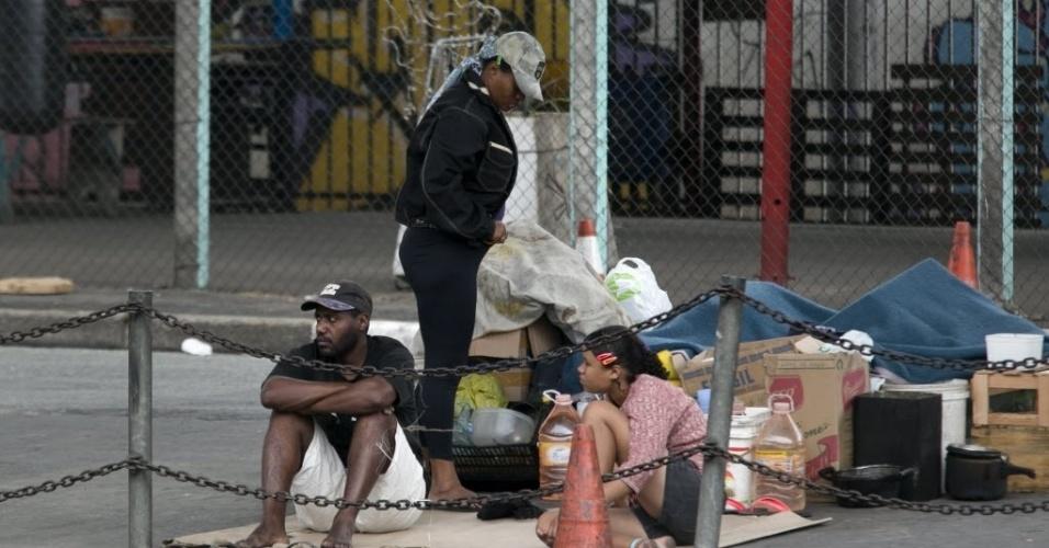 19.dez.2013 - Famílias que moram em apartamentos na periferia de São Paulo deixam seus lares para morar um mês na rua, como se fossem sem-teto