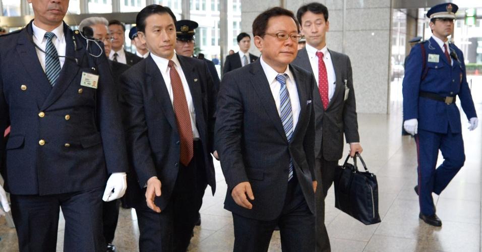 19.dez.2013 - Governador de Tóquio, Naoki Inose (à frente), chega ao prédio do Governo Metropolitano da cidade