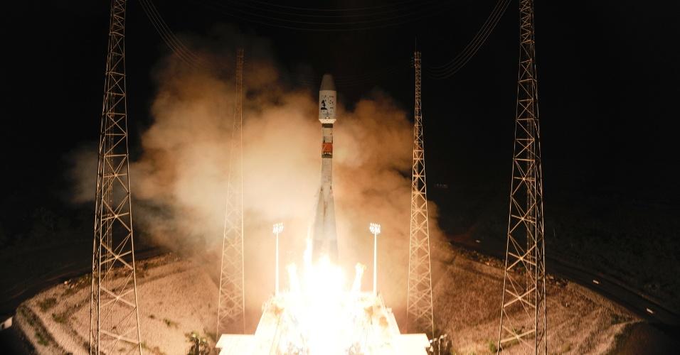 19.dez.2013 - O foguete espacial Soyuz, que transporta o satélite Gaia, da Agência Espacial Europeia, decola em Kourou, na Guiana Francesa, nesta quinta-feira (19). A agência lançou o satélite para gerar informações sobre milhões de estrelas, que representam um por cento da galáxia