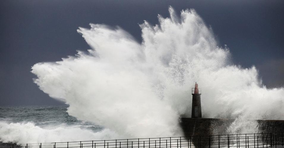 19.dez.2013 - Ondas gigantes atingem orla de Viavelez, no norte da Espanha, na região de Asturias, nesta quarta-feira (19)