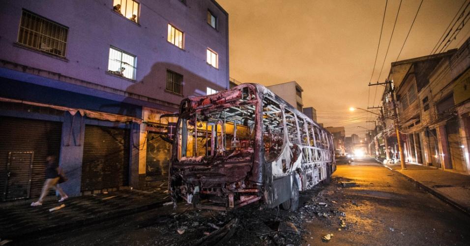 19.dez.2013 - Ônibus foi incendiado por cerca de 150 camelôs durante protesto contra na noite desta quinta-feira (19), no Largo da Concórdia, no Brás, região central de São Paulo. Eles teriam ficado revoltados depois que policiais militares começaram a retirá-los da região e fizeram um protesto