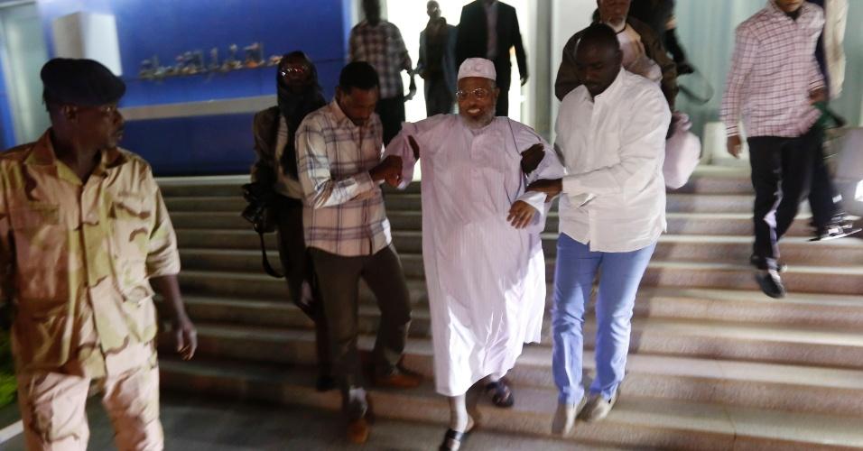 19.dez.2013 - Parentes ajudam Ibrahim Osman, um dos dois detidos sudaneses liberados da prisão de Guantánamo em Cuba, depois de ele chegar no aeroporto de Cartum (Sudão)