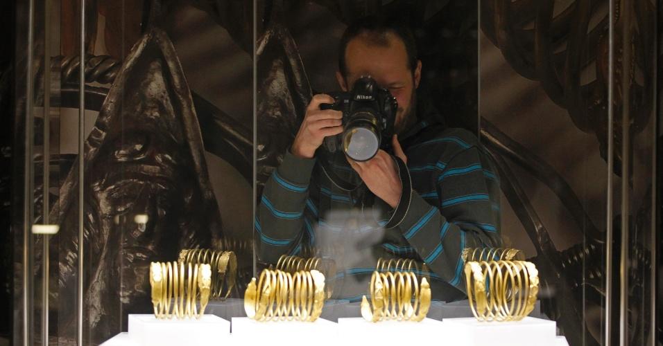 19.dez.2013 - Um fotógrafo faz imagens de bracelets durante a abertura da mostra ?Antiguidade de Ouro e Prata da Romênia?, no Museu de História Nacional da Romênia, em Bucareste, nesta quinta-feira (19). Cerca de mil itens datados entre 5.000 A.C. e 700 D.C., descobertos nos territórios da Romênia, foram colocados em exposição
