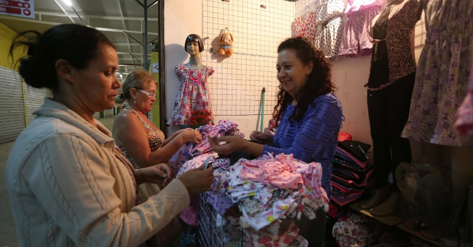 19.dez.2013 - Vendedores comercializam mercadorias na Feirinha da Madrugada, no bairro do Brás, área central de São Paulo, na madrugada desta quinta-feira (19). Após cerca de oito meses fechada para reforma, ela foi reaberta hoje