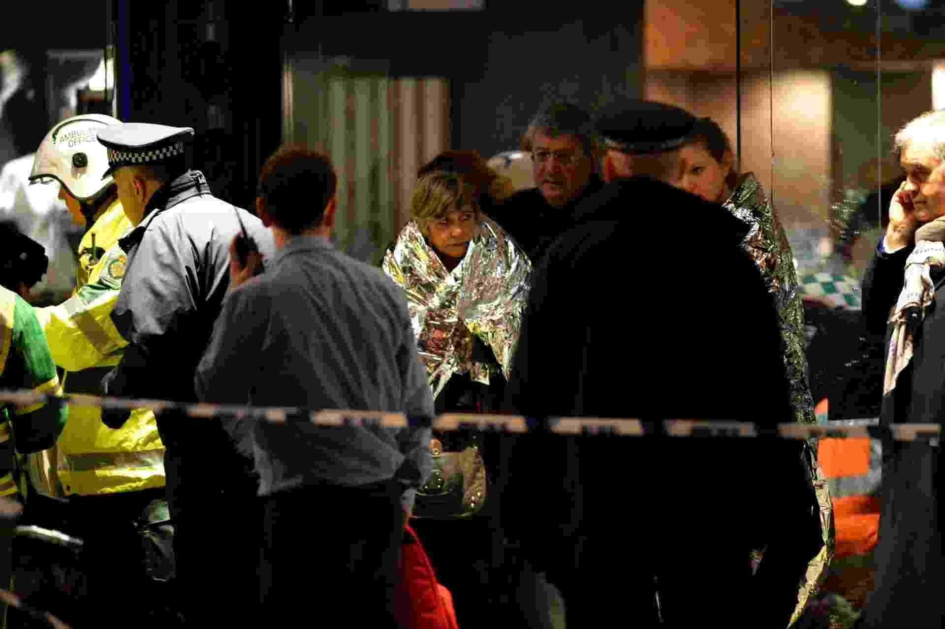 19.dez.2013 - Vítimas do desabamento de parte do teto do teatro Apollo, em Londres (Inglaterra), são socorridas. O acidente ocorreu por volta de 20h15 no horário local (18h15 em Brasília) durante uma apresentação com casa cheia - Leon Neal/AFP