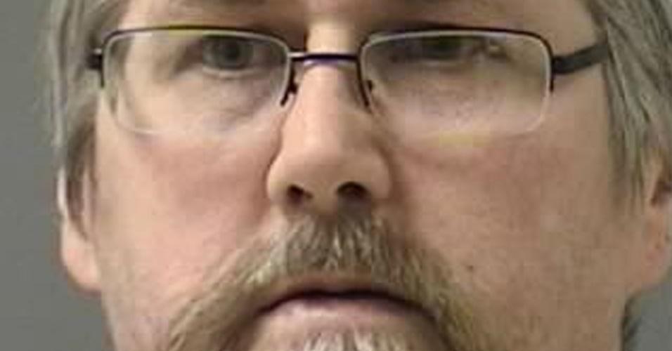 """19.dec.2013 - O Walter White da vida real foi condenado a 12 anos de prisão por posse e distribuição de metanfetaminas. Ele tem 53 anos, um ano a mais que o anti-herói homônimo da série """"Breaking Bad"""". Segundo o jornal """"Billings Gazette"""", ele levou um tiro do próprio filho numa discussão por dívidas de drogas. Segundo depoimento de White, ele começou a vender drogas quando se tornou viciado e tentou parar de traficar, mas os seus fornecedores o ameaçaram"""