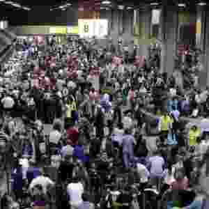 19.dez.2013 - Aeroporto de Guarulhos, na Grande São Paulo, tem grande movimentação de passageiros na noite desta quinta-feira (19). As categorias dos aeronautas e aeroviários decidiram aceitar a proposta das companhias aéreas e, assim, cancelaram a greve prevista para a sexta-feira (20) - Cristiano/CPN/Estadão Conteúdo