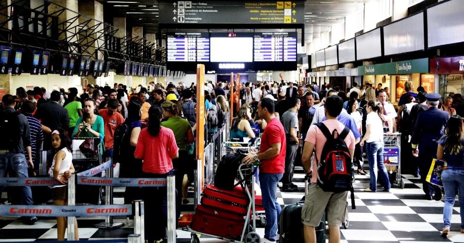 20.dez.2013 - A movimentação de passageiros é intensa no aeroporto de Congonhas, em São Paulo, na tarde desta sexta-feira (20), na véspera do final de semana que antecede o Natal