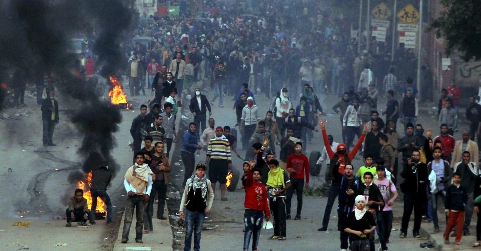 20.dez.2013 - Apoiadores da Irmandade Muçulmana e do presidente egípcio deposto, Mohammed Mursi, se fazem protesto próximo a pneus incendiados, durante confronto com policiais, no Cairo, nesta sexta-feira (20)