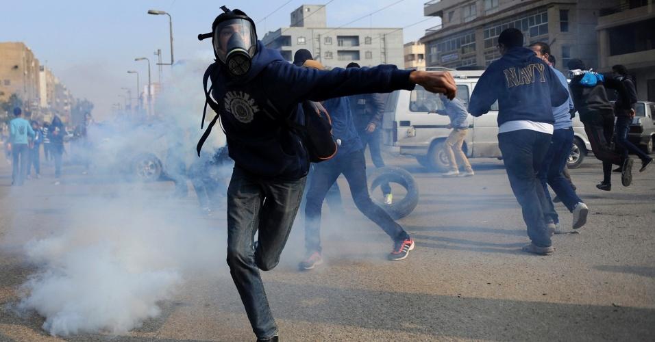 20.dez.2013 - Apoiadores do presidente egípcio deposto, Mohammed Mursi, lançam bombas de gás de volta para policiais durante confrontos na cidade de Nasr, distrito do Cairo, nesta sexta-feira (20). Defensores de Mursi realizam protestos quase diários e organizam manifestações maiores para as sextas-feiras, apesar da repressão que já matou mais de 1.000 pessoas em confrontos e prendeu milhares, mais desde a derrubada de Mursi pelos militares