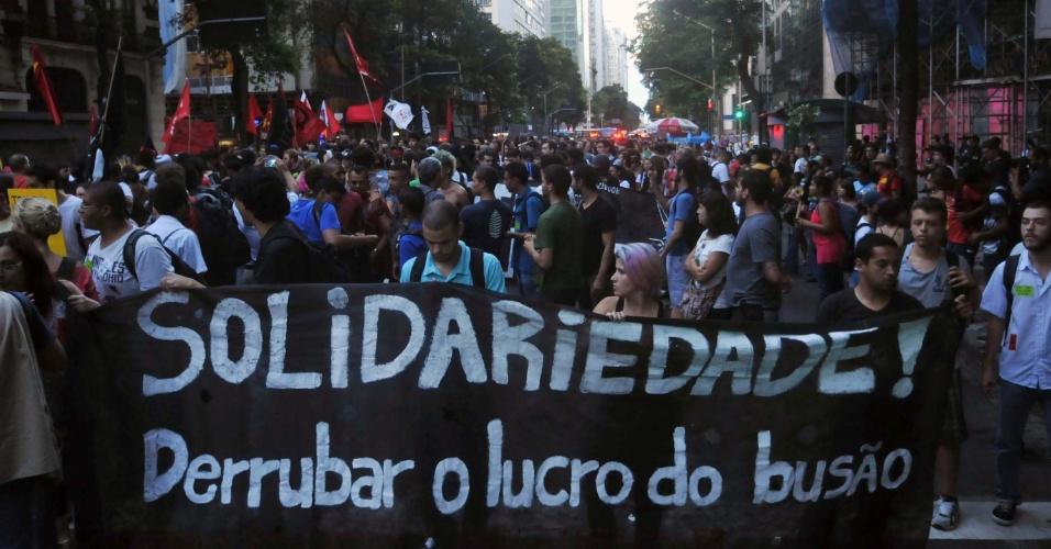 20.dez.2013 - Cariocas protestam contra o aumento no valor das passagens de ônibus na Candelária, região central do Rio de Janeiro (RJ)